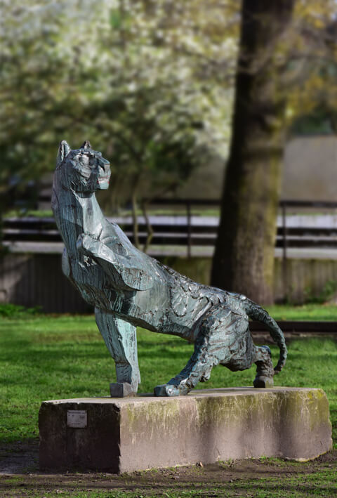 The picture shows the sculpture of a panther.