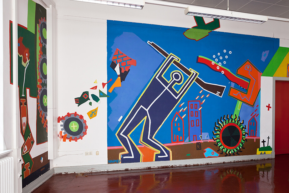 The photo shows the colorful mural created by Constantin Hahm in the Pferdestall's seminar room.