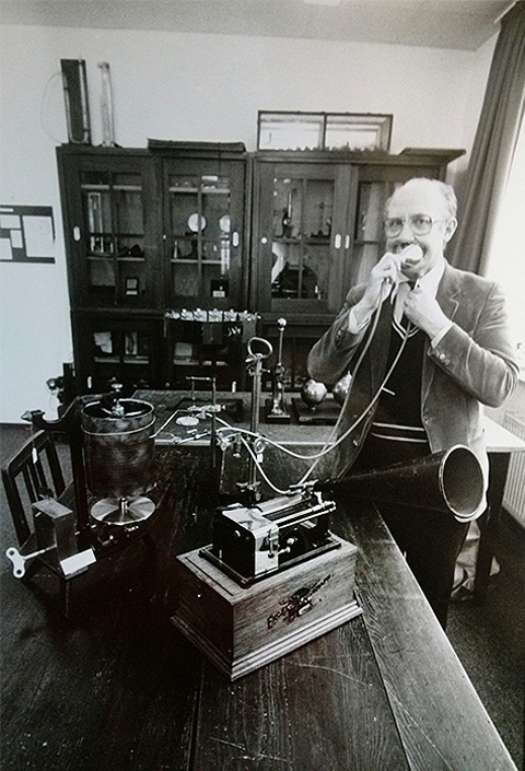 Prof. Dr. Magnús Petúrsson plays with an phonetic Instrument.