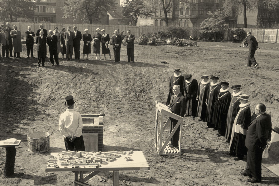 Laying the cornerstone of the Audimax, 1957